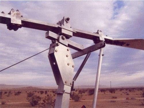 Cabezal de Rotor de Autogiro Bensen. Este elemento reemplaza las bisagras presente en el rotor La Cierva, es equivalente a un 'Sube-y-baja' colocado invertido, que permite que el rotor se incline hacia un lado para compensar la asimetría.
