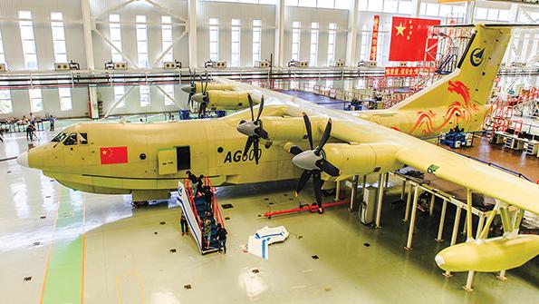 El hidroavión de fabricación china AG600 despega.