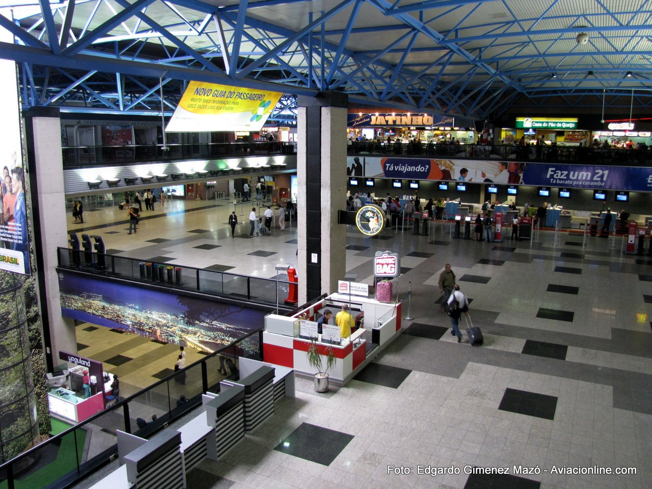 Hall principal del aeropuerto de Curitiba, Brasil.