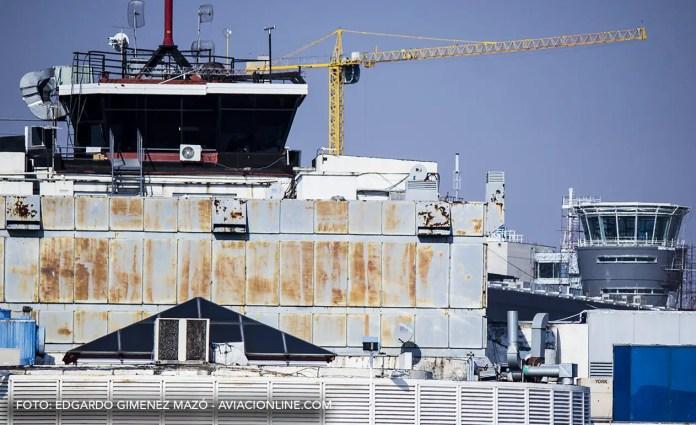 Al frente, la actual torre de control del Aeroparque Jorge Newbery, próximamente a ser reemplazada por la que se encuentra al fondo a la derecha.