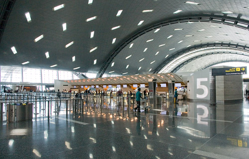 Зал регистрации в аэропорту Дохи Хамад