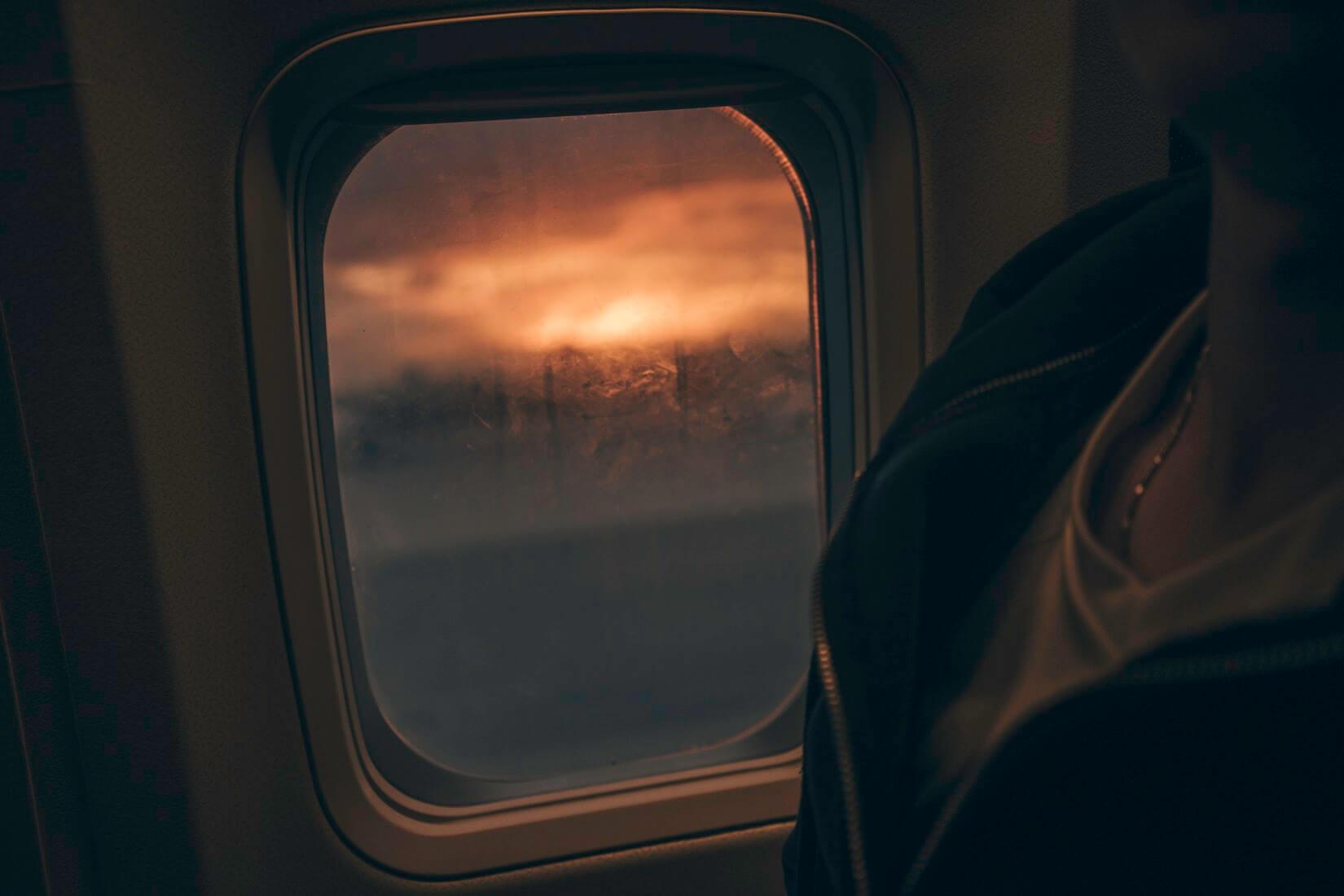 почему болят колени в самолете
