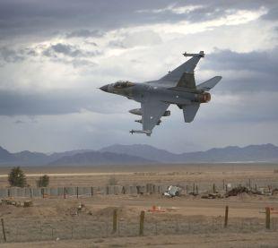 Afghanistan Kandahar ATF F 16 stijgt op vanf kandagar Airbase
