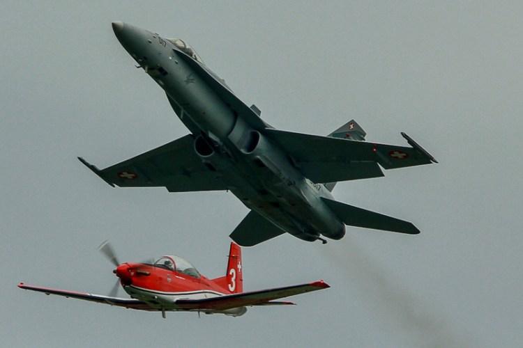 air14 payerne formazione f-18 e pc-7 team swiss air force