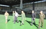 Visita-al-hangar-con-gli-atlantic-sullo-sfondo
