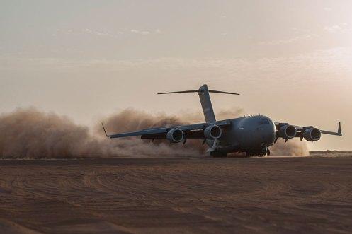 SAC C-17 Globemaster III atterra da pista in sabbia semi-preparata in Mali