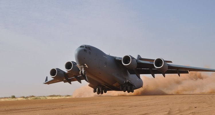 SAC C-17 Globemaster III decolla da pista in sabbia semi-preparata in Mali