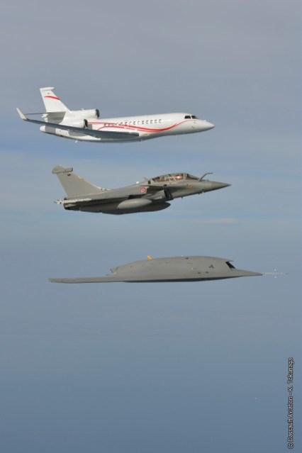 foto Dassault formazione in volo nEUROn, Rafale e Falcon 7X