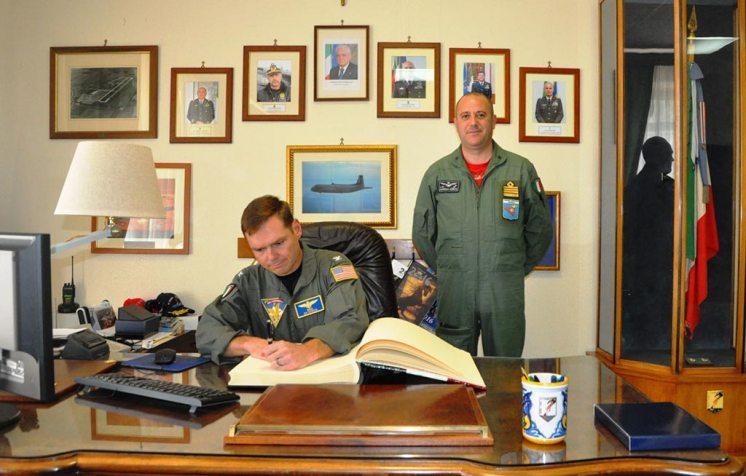 Firma-dell'alboo-d'onore-del-Capt-Dennis