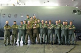 Foto di gruppo davanti al P72 (2)