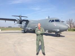 Il Col. Fedele posa davanti al P72