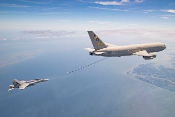 KC767 rifornisce f-18 americano
