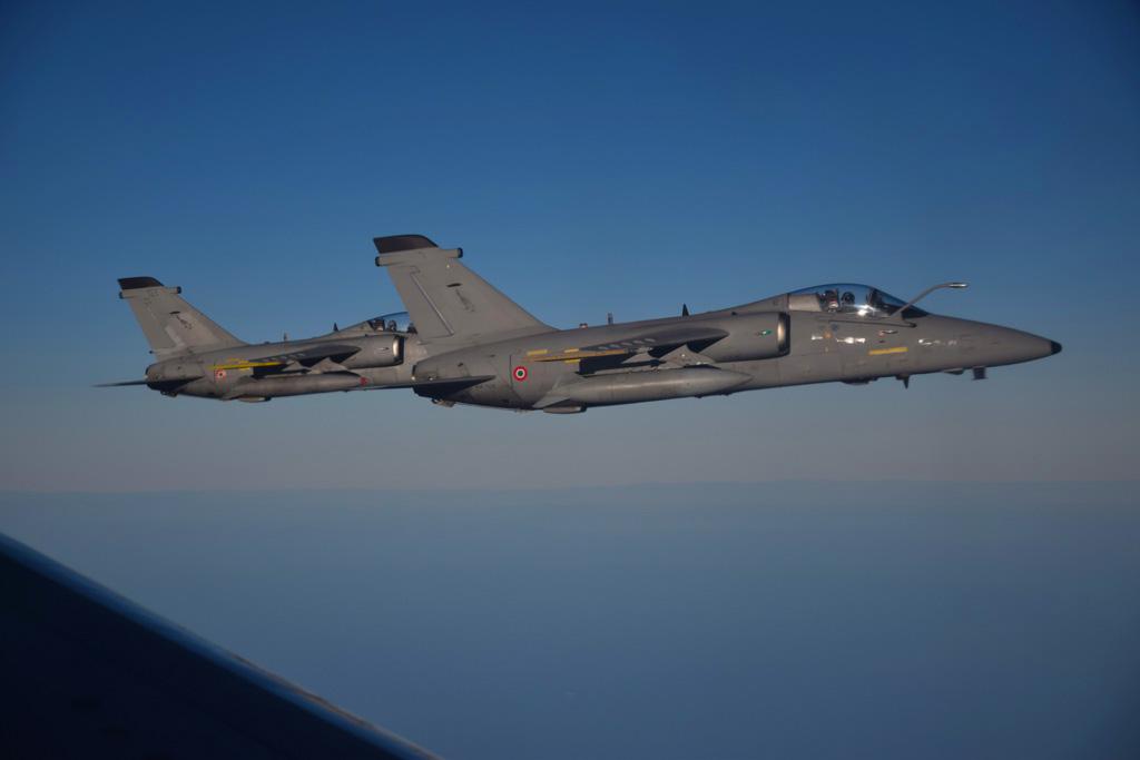 Caccia AMX in attesa del rifornimento in volo con il KC-767A