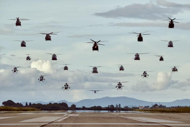 Formazione storica 20 elicotteri dell'esercito su Viterbo