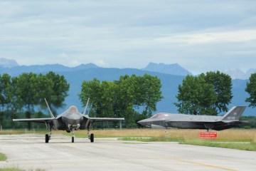 Rischieramento F35A_Velivoli in movimento sulle aree di manovra dell aeroporto di Rivolto
