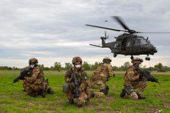 3---Squadra-aeromobile-appena-sbarcata-da-un-UH-90