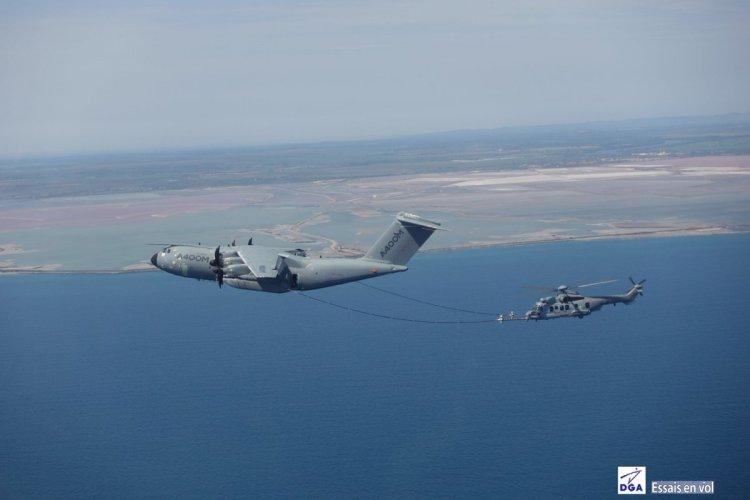rifornimento in volo A400 e Caracal francesi