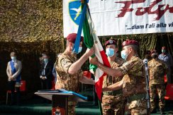 2-passaggio-della-Bandiera-di-Guerra-tra-il-Comandante-cedente-ed-il-Comandante-subentrante
