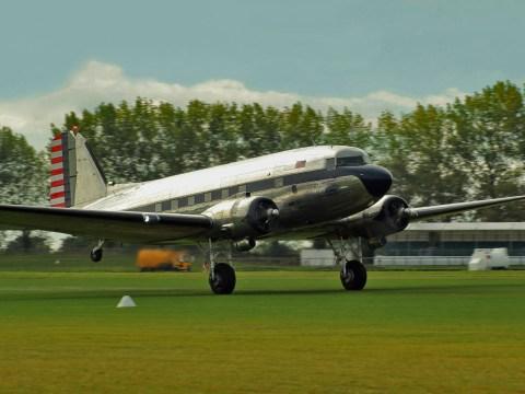 Douglas C41-A Dakota N341A in decollo dall'aeroporto di Goodwood