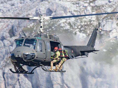 Soccorritori con elicottero Ab205 alle 5 torri