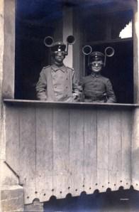 Détecteurs acoustiques individuels Allemagne - 1917 Probablement une parenthèse dans la lutte antiaérienne. Ce détecteur serait à l'usage de la localisation de batteries ennemies car la légende indique que les porteurs du dispositif sont des sous-officiers d'un régiment d'artillerie