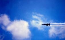 General Dynamics F-16 en vol au salon