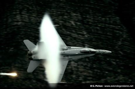 F-18 Hornet suisse avec cône de condensation et flares - Axalp 2012