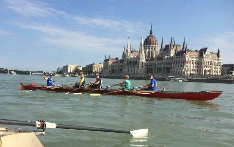 Devant le parlement de Budapest
