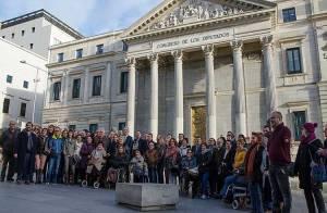 Afectados-Talidomida-españoles-en-puerta-Congreso-Diputados