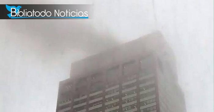 Se estrella helicóptero en un edificio de 54 pisos en Nueva York