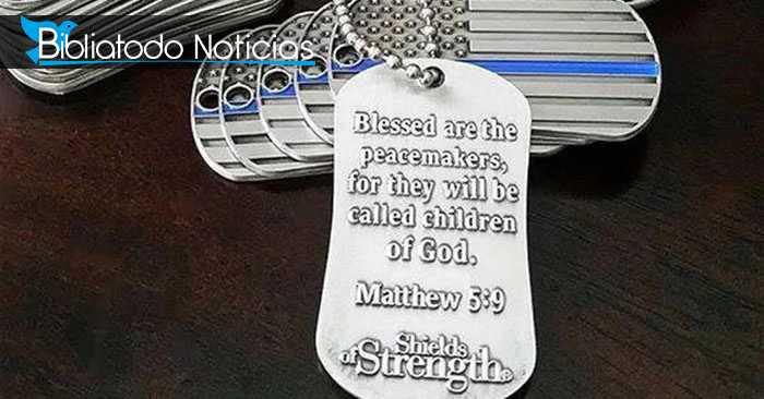 """Con """"nueva identificación"""", Militares de EE.UU lucen placas con versos bíblicos"""