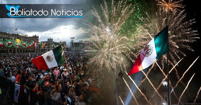 Multitudes de personas se reúnen cada año frente al palacio para celebrar la independencia del país gritando