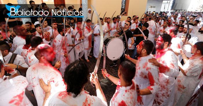 Personas practicantes del Islam participando en la celebración del festival anual de Ashura