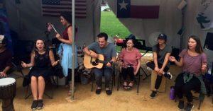 """Jóvenes adorando a Dios en tienda de campaña, en """"Tent America 2017"""""""