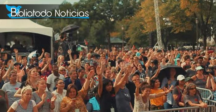 Estadounidenses adorando a Dios, captura tomada del vídeo promocional de Tent America 2019