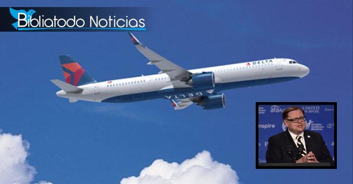 """Foto referencial del avión """"Delta"""" volando / Foto del locutor y escritor Todd Starnes (recuadro)"""