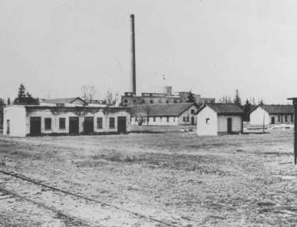 Fotoğraf Fotoğraf Tanıklıklar Tanıklıklar Harita Harita Film Film Naziler tarafından 1933'te kurulan Dachau toplama kampı, Güney Almanya'da Münih'in 16 km kuzey batısında yer almaktaydı. Kampın ilk mahkûmları arasında Alman komünistler, sosyal demokratlar, sendikacılar, Yehova Şahitleri, Romanlar (Çingeneler), eşcinseller ve birden çok suç işlemiş suçlular yer almıştı. Dachau'daki Yahudi mahkûm sayısı, Kristallnacht'ın (10–11 Kasım 1938) ardından 10.000'den fazla Yahudi erkeğin buraya getirilmesiyle artmıştı. 1933–1945 yılları arasında Dachau'da hapsedilen mahkûmların sayısı 188.000'i geçmiştir. Ocak 1940–Mayıs 1945 arasında kampta ve alt kamplarda ölenlerin sayısı en az 28.000'dir. Bu rakama 1933 ile 1939 sonu arasında kaybolanları da eklemek gerekir. Dachau'da ölen kurbanların toplam sayısının bilinebilme olasılığı yoktur.