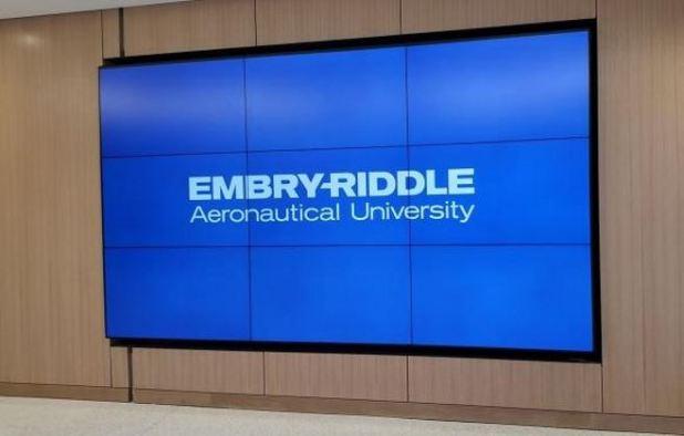 הפיתוי ללמוד: עשרות מסכי פנסוניק בבניין אגודת הסטודנטים החדש של אימברי-רידל, AVmaster