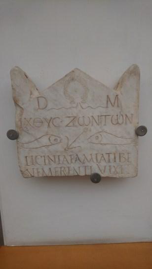 Gewijd aan de Romeinse vooroudergeesten (DM), maar ook aan Christus (visjes)