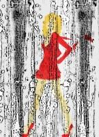La fille blonde en robe rouge