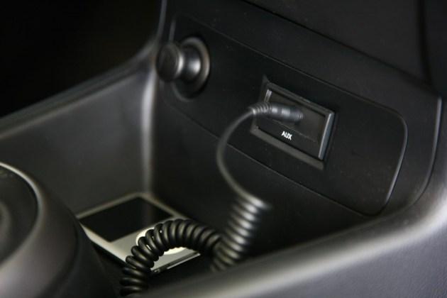 Serijsko: vhod AUX. Za USB je treba doplačati.