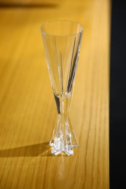 Kozarec za peneče vino: posebej oblikovano in izdelano za Mulsanne. Naslonjalo zadnje klopi skriva hladilnik za dva in za steklenico.
