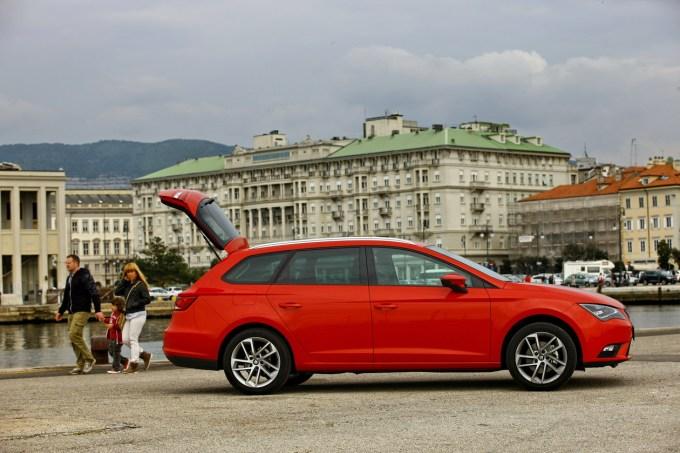 Seat Leon ST: v osnovi sicer tesno soroden Golfu Variantu, a oblikovno bolj dinamičen in mladosten.