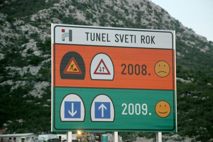 Tunel Sveti Rok: 5,7 kilometra dolžine, drugo cev so dokončali leta 2009.