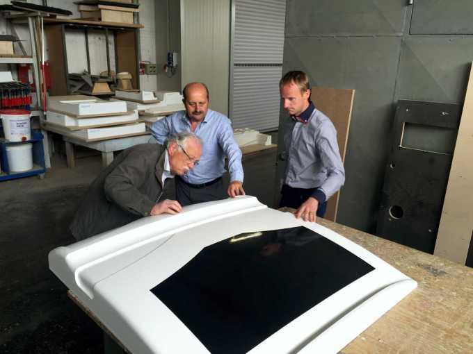 Gedl (levo) pozorno ogleduje maketo, zraven njega sta Pavle Zupančič, vodja razvoja, ter direktor Franci Gregorčič.