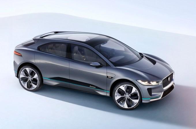 Jaguar i-Pace Concept: slabe tri metra dolga medosna razdalja je osnova tega 4,7 metra dolgega športnega kupeja z za Jaguar neobičajno, a všečno obliko.