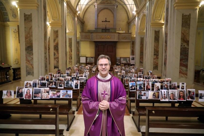 Il parroco Giuseppe Corbari ha messo sui banchi della parrocchia dei Santi Quirico e Giulitta a Robbiano di Giussano (Monza e Brianza) i selfie che gli hanno inviato i parrocchiani