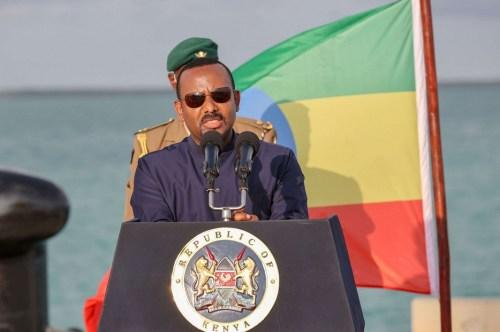 Il premier etiopie Abiy Ahmed e, sotto, un gruppo di sfollati a Scirè in Tigrai