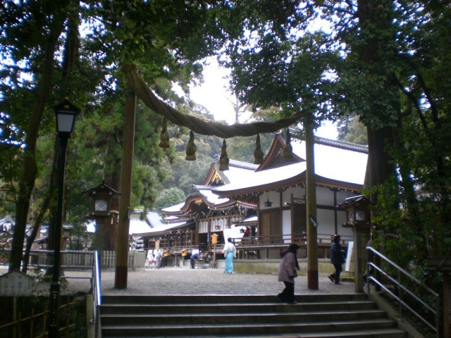 Omiwa jingu through the torii gate