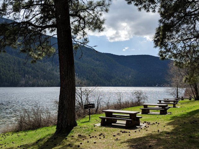 The picnic area next to Paul Lake